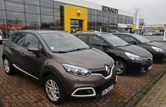 Renault a supprimé environ 2.500 postes au cours de la première année de son pacte de compétitivité en France, sans licenciements secs comme promis, et s'est dit jeudi en phase avec ses objectifs d'économies de coûts. /Photo prise le 21 janvier 2014/REUTERS/Vincent Kessler