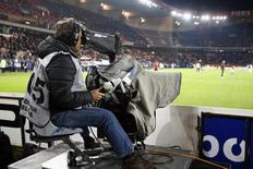Canal+, filiale de Vivendi, s'est assuré vendredi la place de premier diffuseur de la Ligue 1 de football de 2016 à 2020 en remportant les deux premiers lots de l'appel d'offres lancé par la Ligue de football professionnel (LFP). BeIN Sports, lui, a remporté les lots 3 à 6 et aura la possibilité de diffuser sept autres matches en direct, les trois meilleurs en différé et une douzaine en codiffusion. /Photo d'archives/REUTERS/Charles Platiau