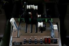 Dans le cockpit d'un Boeing 747. Le département américain du Trésor a autorisé General Electric et Boeing à exporter en Iran des pièces détachées pour l'aviation civile en vertu de l'allégement des sanctions relatif à l'accord intérimaire sur le programme nucléaire de Téhéran conclu en novembre.  /Photo prise le 28 novembre 2013/REUTERS/Stefan Wermuth