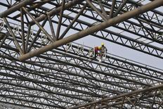 Consturction d'une gare de chemins de fer en Chine, à Hefei. La Banque mondiale a revu ses prévisions de croissance pour 2014 à la baisse en ce qui concerne l'Asie orientale, mais juge que les économies de la région continueront à se développer à un rythme continu dans les deux ans qui viennent.  L'organisation, qui tablait jusqu'ici sur 7,2% de croissance en 2014 et 2015 pour la région, a ramené sa prévision à 7,1% pour les deux années. /Photo prise le 28 mars 2014/REUTERS