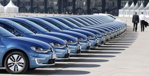 """Des """"e-Golf"""" de Volkswagen à Berlin. Les ventes globales du constructeur allemand ont augmenté de 7,6% en mars, la hausse la plus marquée en 14 mois, à la faveur de la reprise du marché automobile européen, qui a compensé une baisse des livraisons aux Etats-Unis et au Brésil. /Photo prise le 13 mars 2014/REUTERS/Tobias Schwarz"""
