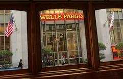Wells Fargo, n°1 du crédit immobilier aux Etats-Unis, fait état vendredi d'une hausse de 14% de son bénéfice net au premier trimestre grâce à la diminution de ses coûts. /Photo d'archives/REUTERS/Robert Galbraith