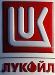 Заправка Лукойла в Санкт-Петербурге 26 ноября 2013 года. Крупнейший российский частный нефтепроизводитель Лукойл продаст свои 50 процентов в казахской Caspian Investment Resources Ltd китайской Sinopec за $1,2 миллиарда, сообщил Лукойл. REUTERS/Alexander Demianchuk