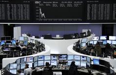 Вид на помещение фондовой биржи во Франкфурте-на-Майне 15 апреля 2014 года.  Европейские фондовые рынки снижаются из-за слабых продаж крупнейших компаний региона и угрозы новых санкций против России. REUTERS/Remote/Stringer