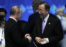 """Президент России Владимир Путин разговаривает с генсеком ООН Пан Ги Муном перед встречей в рамках саммита G20 в Лос-Кабос 18 июня 2012 года. Владимир Путин назвал силовые действия украинских властей против сепаратистов на востоке страны """"антиконституционными"""", расценил их как """"резкое обострение"""" и потребовал от ООН осудить операцию, которую Киев называет """"антитеррористической"""" и """"ответом агрессору"""" в лице России. REUTERS/Andres Stapff"""