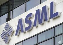 Après avoir été confronté à un ralentissement des ventes au deuxième trimestre, ASML, premier équipementier mondial pour les semi-conducteurs, a revu à la baisse sa prévision de chiffre d'affaires au premier semestre. /Photo d'archives/REUTERS/Robin van Lonkhuijsen/United Photos