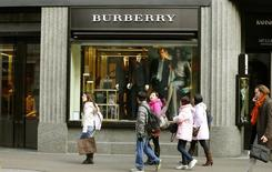 Люди проходят мимо магазина Burberry в Цюрихе 15 января 2013 года. Британский производитель товаров класса люкс Burberry сообщил в среду, что увеличил выручку за полугодие на 19 процентов благодаря высоким продажам в Китае и Южной Корее, однако компания ждет негативного эффекта валютных колебаний на свою прибыль в ближайшие два года. REUTERS/Arnd Wiegmann