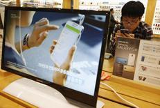 Les ventes de la nouvelle version du smartphone vedette de Samsung Electronics, le Galaxy S5, devraient dépasser celles de son prédécesseur, le S4, selon un responsable de haut rang du groupe sud-coréen.  /Photo prise le 15 avril 2014/REUTERS/Kim Hong-Ji
