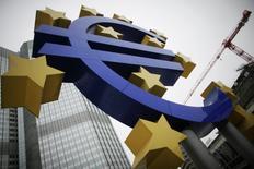 La menace de déflation restera réelle dans la zone euro au cours des deux prochaines années, alimentée par la vigueur de la monnaie et par une activité économique qui restera dans l'ensemble anémique, selon des économistes interrogés par Reuters. La Banque centrale européenne aura d'autant plus de mal à inverser la tendance que ses propres taux d'intérêt sont déjà à ou proches de zéro. /Photo d'archives/REUTERS/Alex Domanski
