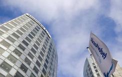 AkzoNobel a dégagé des profits inférieurs aux attentes au premier trimestre en raison d'effets de change négatifs mais le groupe chimique néerlandais, propriétaire des peintures Dulux, s'estime en bonne voie pour atteindre ses objectifs pour 2015 en dépit d'un environnement défavorable. /Photo d'archives/REUTERS/Robin van Lonkhuijsen/United Photos