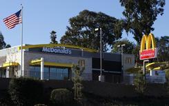 McDonald's annonce une baisse plus marquée que prévu de son bénéfice net du premier trimestre à 1,2 milliard de dollars (868 millions d'euros), les ventes de ses restaurants ouverts depuis plus d'un an aux Etats-Unis ayant, là aussi, reculé à un rythme supérieur aux attentes. /Photo prise le 14 janvier 2014/REUTERS/Mike Blake