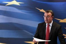 Le ministre délégué aux Finances grec, Christos Staikouras, s'adresse à la presse. La Grèce a dégagé en 2013 un excédent budgétaire primaire de 0,8% du produit intérieur brut (PIB), a annoncé mercredi la Commission européenne, un résultat qui ouvre la voie à un nouvel allégement du fardeau de la dette d'Athènes par ses partenaires de la zone euro, désormais ses principaux créanciers. /Photo prise le 23 avril 2014/REUTERS/Alkis Konstantinidis
