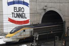 Eurotunnel, l'opérateur du tunnel sous la Manche, a fait état jeudi d'un chiffre d'affaires en hausse au premier trimestre, soutenu par la reprise de l'économie au Royaume-Uni. /Photo d'archives/REUTERS/Pascal Rossignol