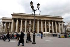 Alstom est une des valeurs à suivre jeudi à la Bourse de Paris, après la publication des résultats de nombreuses grandes entreprises. Le groupe a fait savoir qu'il n'est informé d'aucun projet d'offre publique visant son capital, en réaction à une dépêche de l'agence Bloomberg faisant état de discussions avec l'américain General Electric en vue d'un rapprochement. /Photo d'archives/REUTERS/Charles Platiau