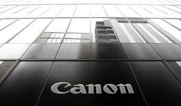 Canon, prmeier fabricant mondial d'appareils photo, a revu en légère hausse, de 1,4%, son objectif de résultat opérationnel pour l'ensemble de l'année à la suite d'un premier trimestre marqué par des ventes soutenues de photocopieuses et d'imprimantes de bureau. /Photo d'archives/REUTERS/Yuya Shino