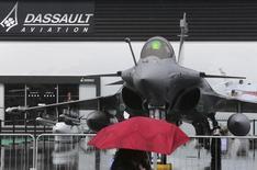 Dassault Aviation, qui a vu son chiffre d'affaires reculer au premier trimestre, confirme que ses ventes en 2014 seront inférieures à celles de l'an passé. /Photo d'archives/REUTERS/Pascal Rossignol