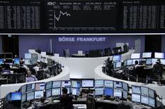 Le rebond des Bourses européennes se confirme jeudi à mi-séance et Wall Street aussi est attendue en hausse, dans des marchés dopés par des opérations de fusions/acquisitions et de bons résultats de poids lourds de la cote. À Paris, l'indice CAC 40 progresse de 1,04% vers 13h00. À Francfort, le Dax gagne 0,83% et à Londres, le FTSE 0,68%. /Photo prise le 24 avril 2014/REUTERS