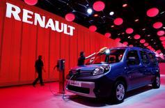Une Kangoo électrique au salon de l'automobile de Genève. Renault a enregistré une hausse de 5,1% de ses immatriculations de voitures dans le monde au premier trimestre, grâce au rebond observé en Europe, tandis que son chiffre d'affaires a stagné à cause des effets de change négatifs. /Photo prise le 4 mars 2014/REUTERS/Arnd Wiegmann