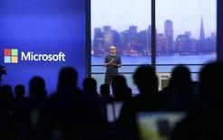 Le PDG de Microsoft, Satya Nadella. Le bénéfice du numéro un mondial des logiciels ressort en baisse de 7% au titre du troisième trimestre fiscal clos le 31 mars. Il est cependant meilleur que prévu. Micorsoft subit toujours le contrecoup du déclin du marché des ordinateurs personnels. /Photo prise le 2 avril 2014/REUTERS/Robert Galbraith