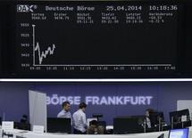 Une escalade des tensions en Ukraine pèse sur les Bourses européennes vendredi et favorise les valeurs refuge telles que les obligations souveraines en Europe, à la fin d'une semaine portée jusque-là par de bons résultats et des fusions. Vers 13h15, le CAC 40 perd 0,52% à Paris, le Dax cède 1,2% à Francfort et le FTSE cède 0,35% à Londres. /Photo prise le 25 avril 2014/REUTERS/Remote