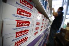 Тюбики с зубной пастой Colgate на полке супермаркета в Каракасе 12 февраля 2013 года. Прибыль Colgate-Palmolive Co сократилась на 16 процентов в первом квартале 2014 года из-за снижения курса венесуэльского боливара. REUTERS/Jorge Silva