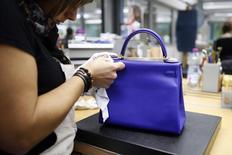 Hermès a fait état mardi d'une croissance organique de 14,7% au premier trimestre, dopée notamment par une très forte progression des ventes au Japon avant le relèvement de la TVA intervenue dans le pays début avril. /Photo d'archives/REUTERS/Benoit Tessier