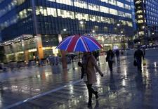 Le quartier des affaires de Canary Wharf à Londres. La croissance de l'économie britannique a été légèrement inférieure aux attentes au premier trimestre 2014 (0,8%), mais son rythme de croissance sur un an été été le plus rapide en plus de six ans. /Photo d'archives/REUTERS/Eddie Keogh