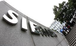 Alstom va devoir étudier une offre de rachat de sa branche énergie par le géant américain General Electric mais également répondre à l'allemand Siemens, qui envisage une contre-proposition et demande un délai d'un mois pour étudier en profondeur la situation du français. L'Autorité des marchés financiers (AMF) a demandé au groupe convoité un examen objectif des différentes options. /Photo d'archives/REUTERS/Michaela Rehle