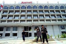 Рабочие убираются у здание отеля Marriott в Бейруте 1 мая 1996 года. Квартальная прибыль Marriott International оказалась лучше ожиданий благодаря росту числа командировок, что увеличило заполняемость отелей и позволило компании повысить цены в Северной Америке. Reuters/Jamal Saidi