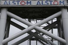 Suspendu de cotation au cours des trois dernières séances, Alstom signe la plus forte hausse du CAC 40 et concentre le plus gros volume d'échanges de la cote. Le groupe a officialisé mercredi un projet de vente à l'américain General Electric de ses activités dans l'énergie pour 12,35 milliards d'euros. /Photo d'archives/REUTERS/Stéphane Mahé