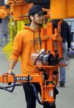 La croissance du secteur manufacturier américain s'est accélérée pour le troisième mois de suite en avril, avec notamment une nette augmentation des embauches, selon l'enquête de l'Institute for Supply Management (ISM). /Photo prise le 30 avril 2014/REUTERS/Dave Kaup