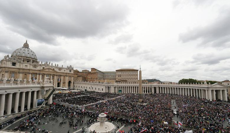 Pope Francis greets the faithful as he rides in his Popemobile after the canonisation ceremony of Popes John XXIII and John Paul II in St Peter's Square at the Vatican April 27, 2014.  REUTERS/Stefano Rellandini