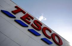 Супермаркет Tesco в Лондоне, 15 апреля 2014 года. Крупнейший британский ритейлер Tesco сообщил во вторник, что начнет продажи смартфона собственного производства до конца текущего года после успеха планшета Hudl. REUTERS/Luke MacGregor
