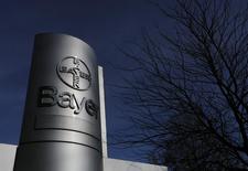 Логотип Bayer AG у завода в Вуппертале 24 февраля 2014 года. Американская Merck & Co Inc согласилась продать свое подразделения безрецептурных препаратов немецкой Bayer AG за $14,2 миллиарда, сообщили обе компании во вторник. REUTERS/Ina Fassbender