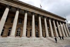 Les Bourses européennes ont ouvert en baisse mercredi. Quelques minutes après l'ouverture, le CAC 40 cède 0,45% à 4.408,07 points. À Francfort, le Dax recule de 0,52% et à Londres, le FTSE cède 0,34%. /Photo d'archives/REUTERS/Charles Platiau