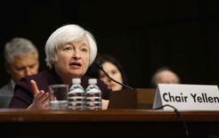 La présidente de la Réserve fédérale des Etats-Unis, Janet Yellen, a déclaré mercredi que l'institution poursuivrait sa politique d'assouplissement monétaire, considérant que les tensions géopolitiques et des indicateurs préoccupants dans le secteur de l'immobilier constituent des risques pour l'économie américaine. /Photo prise le 7 mai 2014/REUTERS/Jonathan Ernst