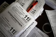 Приглашения на референдум 11 мая в штабе избирательной комиссии в Донецке 8 мая 2014 года. Пророссийские сепаратисты на востоке Украине проигнорировали призыв Владимира Путина отложить референдум о независимости и объявили, что 11 мая проведут голосование, которое может привести к войне. REUTERS/Marko Djurica
