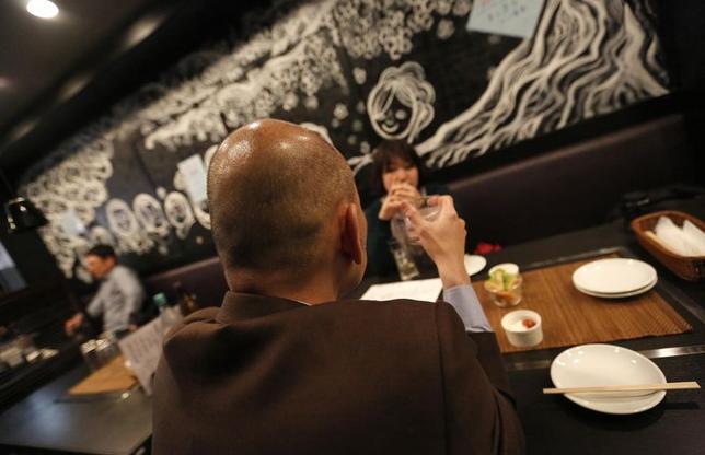 5月9日、東京・赤坂にある居酒屋が、懸命に働くサラリーマンを応援するユニークなサービスで話題を呼んでいる。写真は同居酒屋「御太助(おたすけ)」で8日撮影(2014年 ロイター/Toru Hanai)