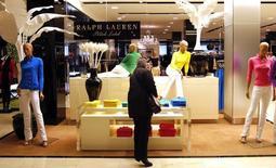 Le groupe de mode Ralph Lauren perd près de 5% à Wall Street vendredi matin après avoir averti le marché que sa marge d'exploitation allait se dégrader en raison des investissements engagés dans le développement de son réseau de boutiques et que la croissance de son chiffre d'affaires serait ralentie. /Photo d'archives/REUTERS/Mike Segar