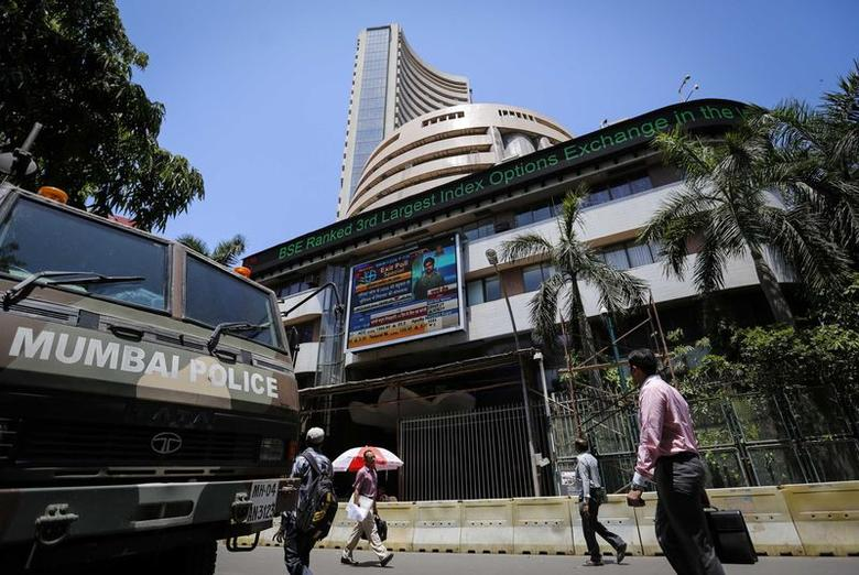 People walk past the Bombay Stock Exchange (BSE) building in Mumbai May 13, 2014. REUTERS/Danish Siddiqui
