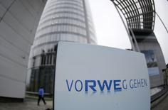 RWE a annoncé un bénéfice d'exploitation en baisse de près de 20% au premier trimestre, l'attribuant comme ses concurrents à un hiver doux et à des prix de gros de l'électricité bas dans l'ensemble de l'Europe. Le résultat d'exploitation de la deuxième société allemande de services aux collectivités est de 1,91 milliard d'euros, en deçà du consensus Reuters qui donnait 1,97 milliard. /Photo e'archives/REUTERS/Ina Fassbender