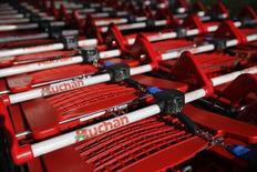 Le distributeur Auchan a repris 30 des magasins parisiens que Casino a été contraint de vendre pour des raisons de concurrence après son rachat de Monoprix. /Photo prise le 10 mars 2014/REUTERS/Pascal Rossignol