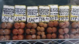 Различные виды сосисок на витрине на рынке в Москве 12 марта 2012 года. Потребительские цены в РФ за период с 6 по 12 мая 2014 года выросли на 0,2 процента, сохранив динамику роста предыдущих 14 недель, сообщил Росстат. REUTERS/Sergei Karpukhin