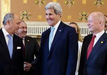 Глава госдепартамента США Джон Керри (в центре) разговаривает с главами МИД Франции Лораном Фабиусом (слева) и Великобритании Уильямом Хейгом (справа) в Лондоне 15 мая 2014 года. США добились согласия европейских партнеров на новый раунд санкций против России, которые затронут целые отрасли экономики в случае, если Москва попытается сорвать президентские выборы на Украине 25 мая, сообщил высокопоставленный американский чиновник. REUTERS/Jacquelyn Martin/Pool