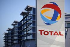 Total est la deuxième plus forte baisse à la mi-séance à la Bourse de Paris mardi où l'indice CAC 40 recule de 0,22% vers 13h00 dans un marché toujours hésitant et peu actif. /Photo d'archives/REUTERS/Stéphane Mahé