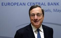 Le président de la Banque centrale européenne (BCE), Mario Draghi. La BCE va débattre d'une réduction de la fréquence de ses réunions de politique monétaire, qui lui permettrait de disposer de plus de temps pour évaluer l'évolution de la situation économique, /Photo prise le 8 mai 2014/REUTERS/François Lenoir