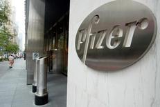 Entrada del edificio corporativo de Pfizer World en Nueva York, 31 agosto, 2003. REUTERS/Jeff Christensen