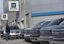 General Motors a annoncé mardi le rappel de 2,42 millions de voitures aux Etats-Unis dans le cadre de quatre opérations distinctes, portant à plus de 15 millions le nombre total de véhicules rappelés depuis le début de l'année. /Photo prise le 1er avril  2014/REUTERS/Rebecca Cook