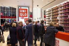 Unas personas al interior de una tienda de la cadena minorista Uniqlo Global en Berlín, abril 10, 2014.El fuerte ritmo de crecimiento en el sector privado de la zona euro disminuyó ligeramente este mes, al tiempo que unos drásticos recortes de precios impidieron cualquier nueva desaceleración, mostraron encuestas el jueves.    REUTERS/Axel Schmidt