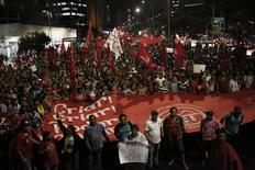 Membros do Movimento dos Trabalhadores Sem Teto (MTST) protestam contra a Copa do Mundo em São Paulo nesta quinta-feira. 22/05/2014 REUTERS/Nacho Doce